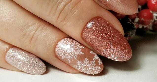 розов маникюр снежинки