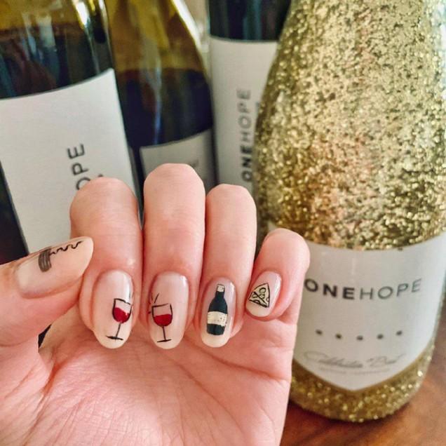 изтънчен новогодишен дизайн за ноктите 2020