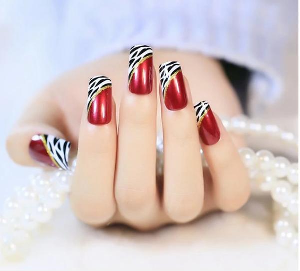 красив новогодишен дизайн за ноктите 2020