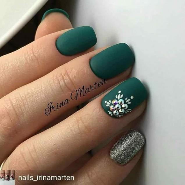 зелен къс маникюр