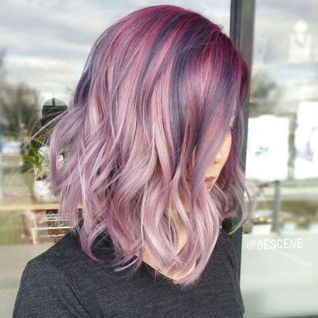 лилави кичури прическа