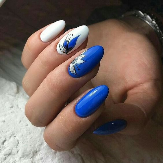 Маникюр в синьо и бяло