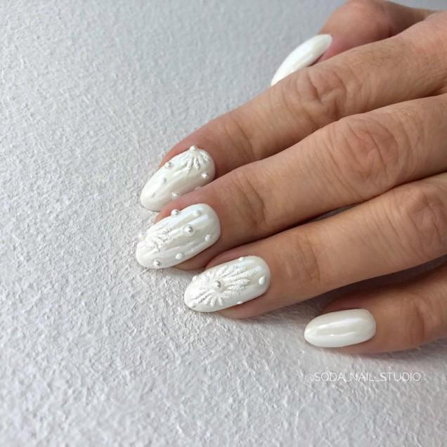 маникюр бял сняг