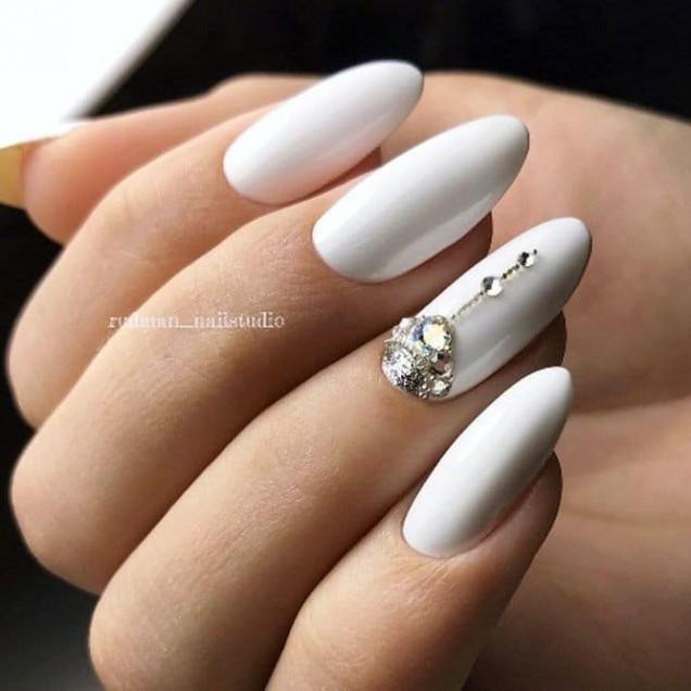 бели нокти овал