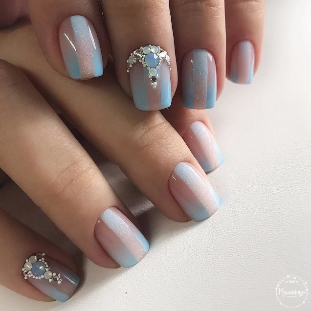 маникюр с камъчета къси нокти