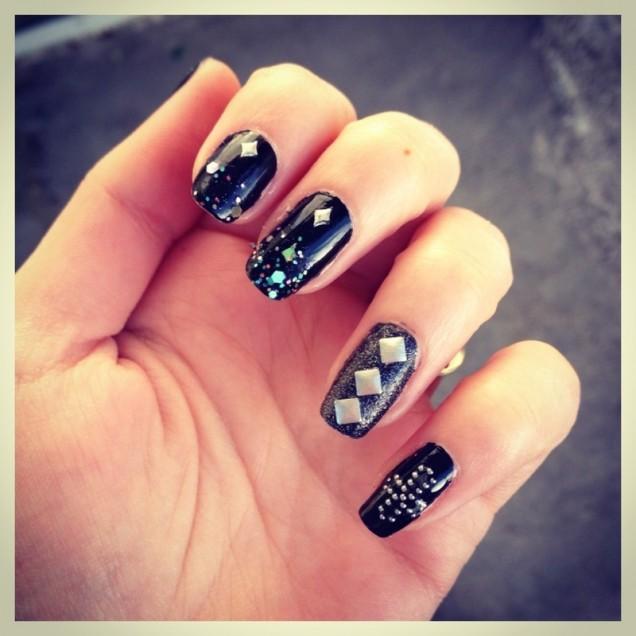 маникюр в стил рок къси нокти