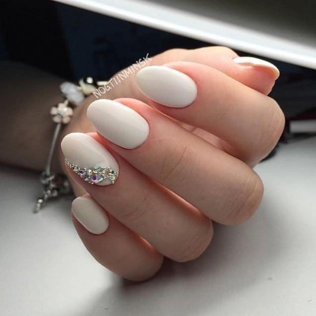 бели къси нокти