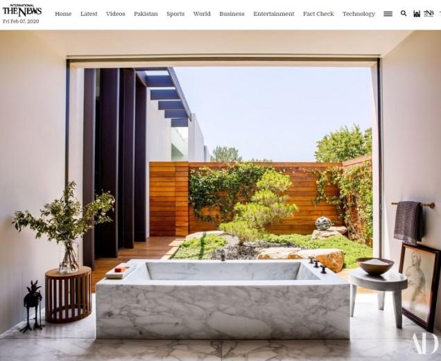 Огромна вана в светлата баня в имението на Дженифър.jpg