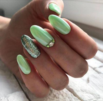 Маникюр в пастелно зелено