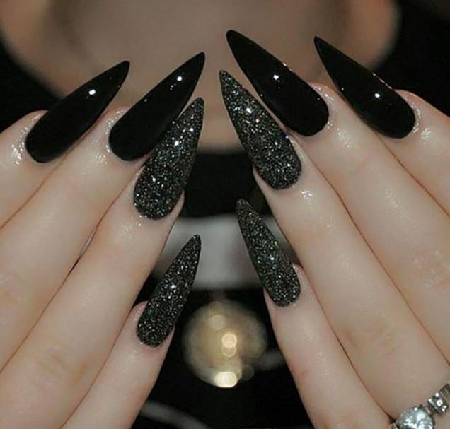 остри черни нокти