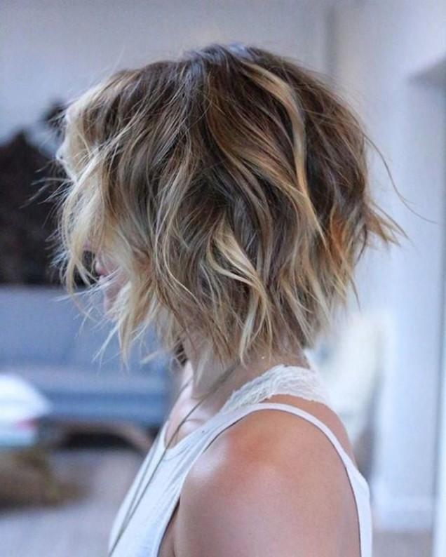 прическа боб чуплива коса