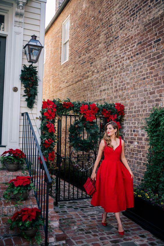 разкроена червена рокля
