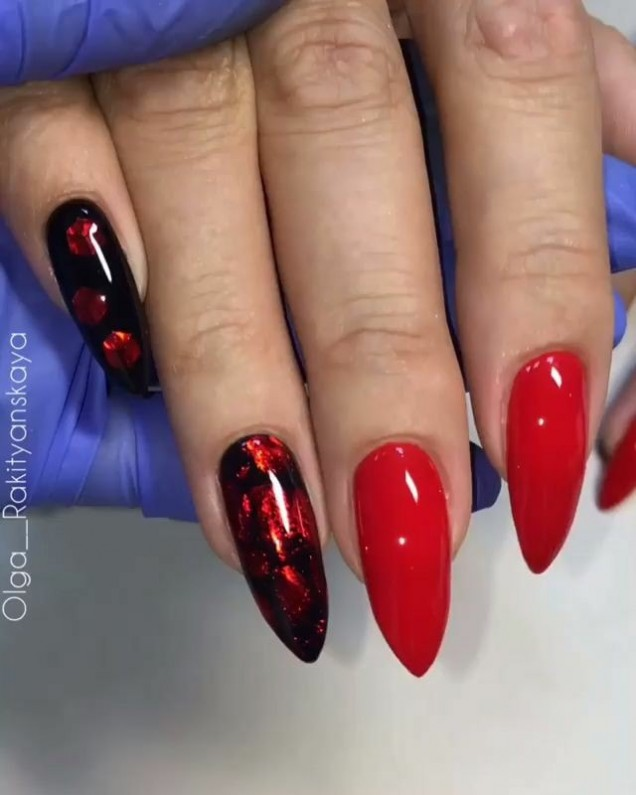червени остри нокти.jpg