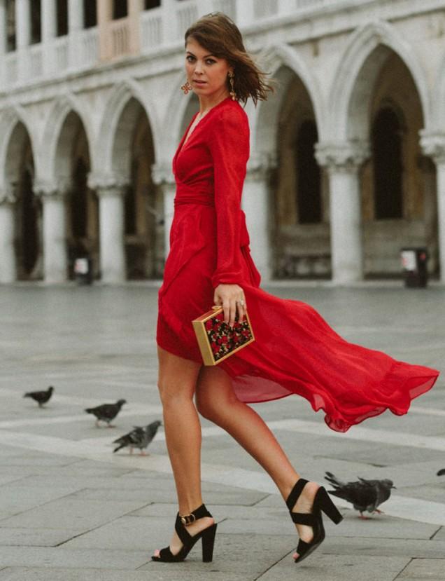 ефирна червена рокля