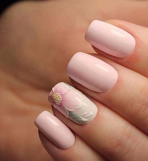 бледо розов маникюр