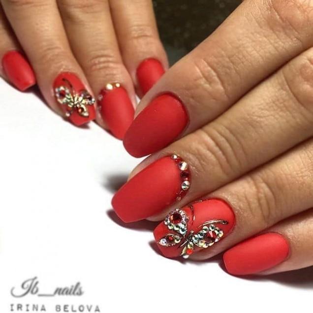 червен маникюр с пеперуди