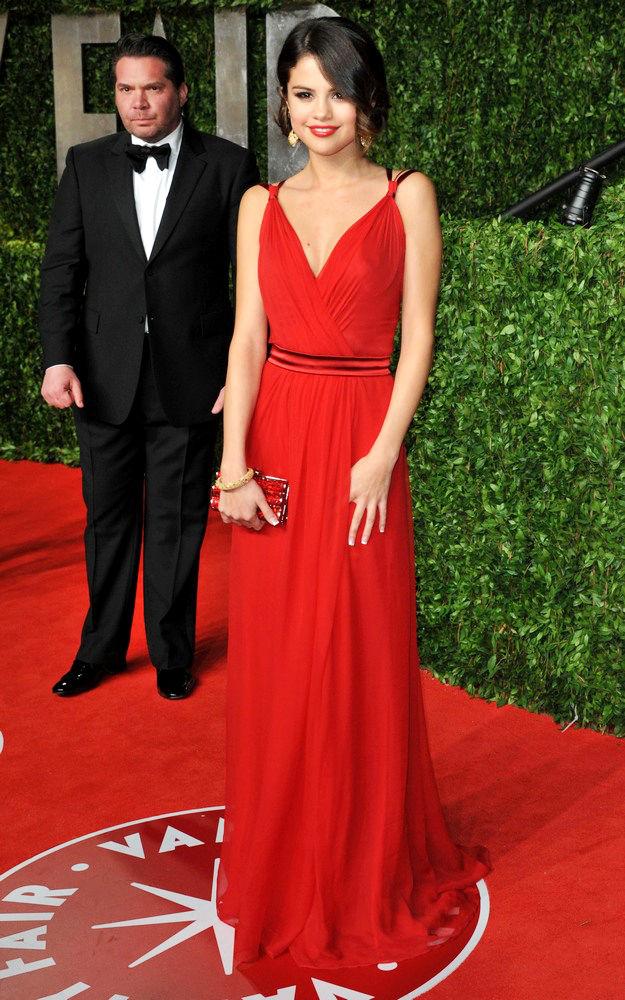 официална червена рокля
