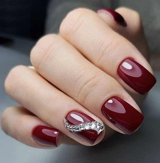 Кристали на червен маникюр.jpg