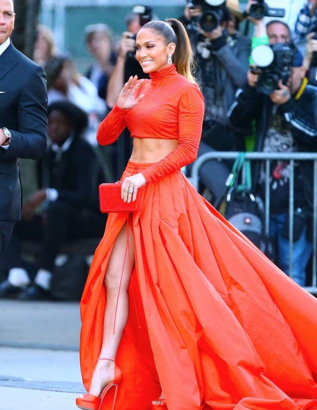 Дженифър Лопес червена рокля