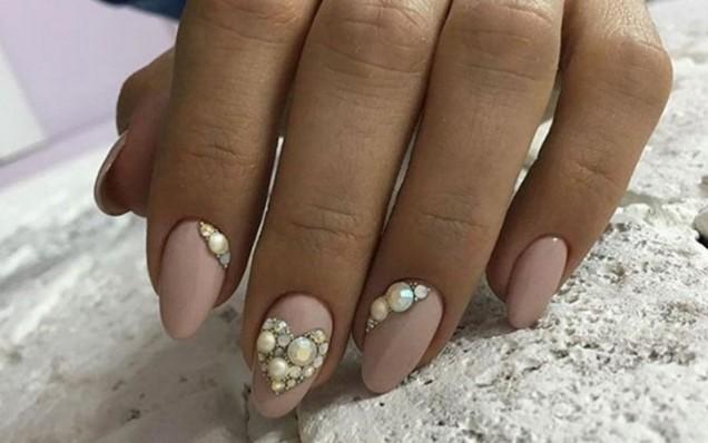 маникюр с камъчета
