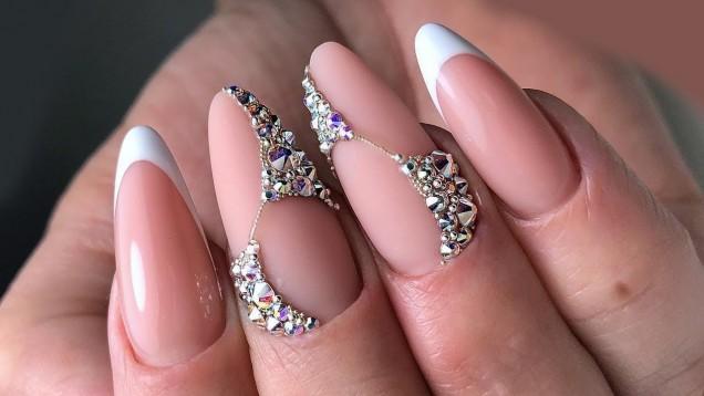 впечатляващ маникюр кристали