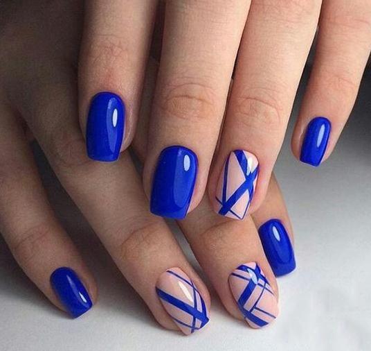 Нежен маникюр в синьо