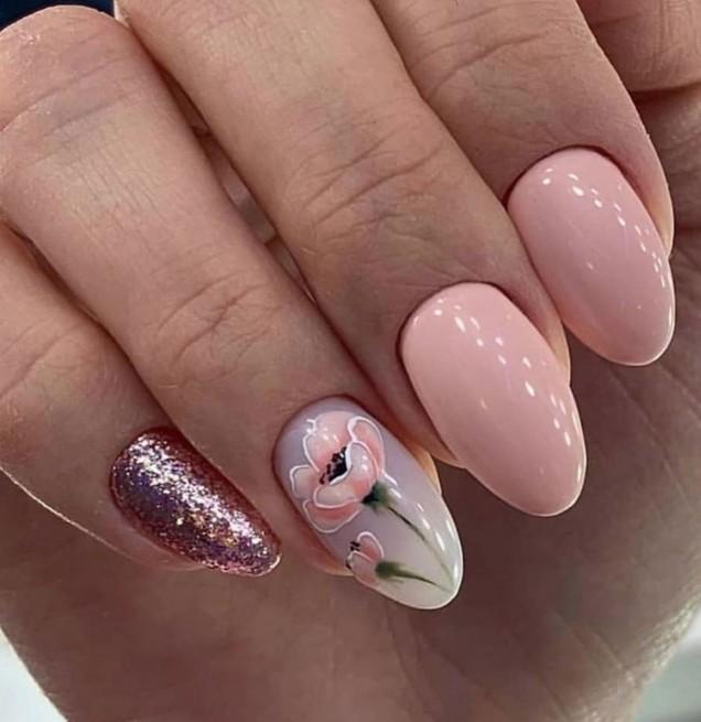 искрящ маникюр в розово