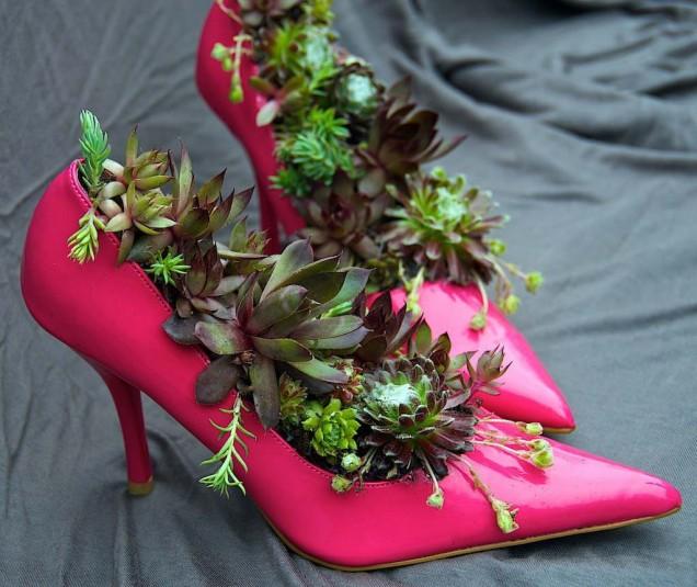 цветя в старите обувки