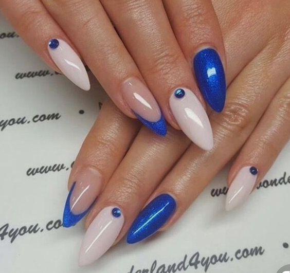 Нежен маникюр в синьо и бяло