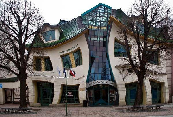 крива къща