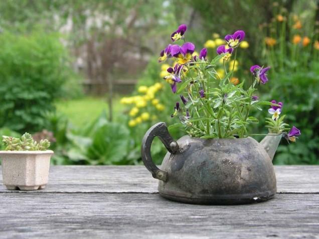 саксия от стар чайник