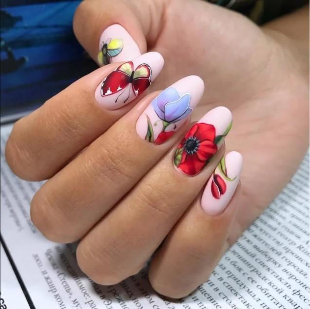 пастелен маникюр цветя