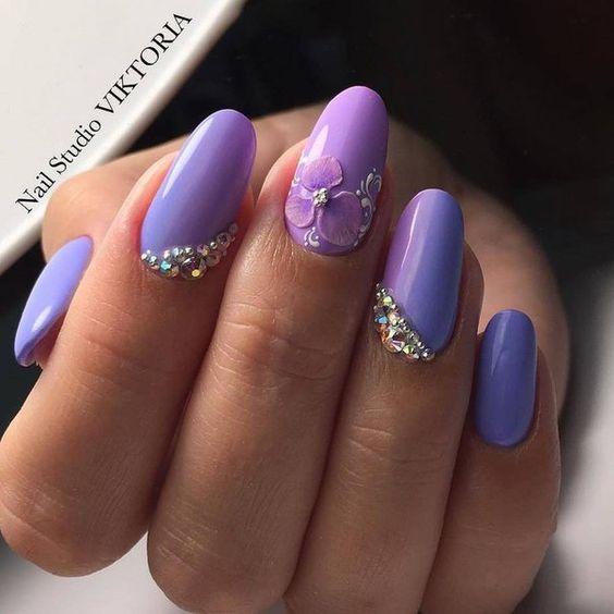 Маникюр в лилаво с камъни
