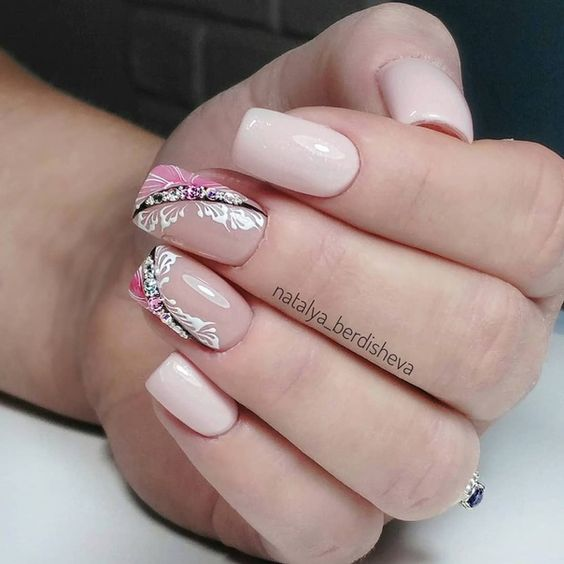 Маникюр в бледо розово