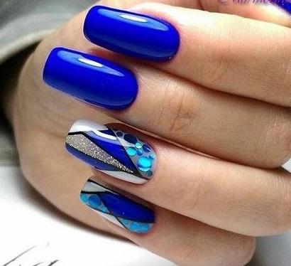 Маникюр в синьо с декорации