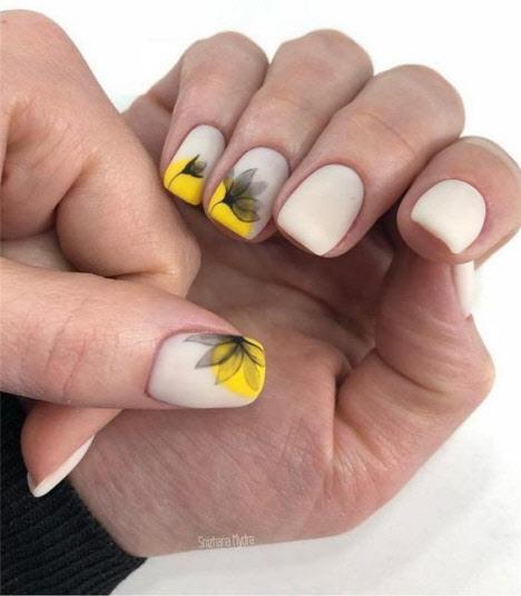 маникюр с жълто къси нокти