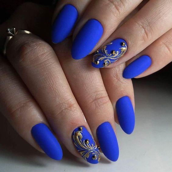 Маникюр в синьо с флорални елементи