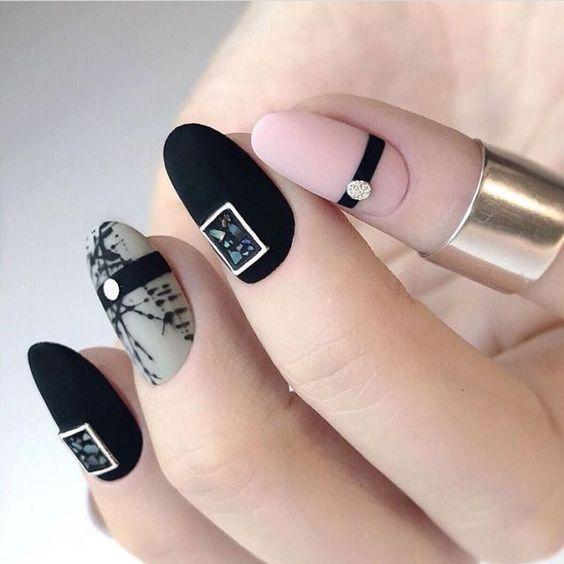 геометричен маникюр в черно