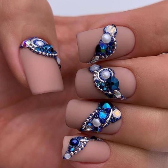 маникюр с ефектни сини перли