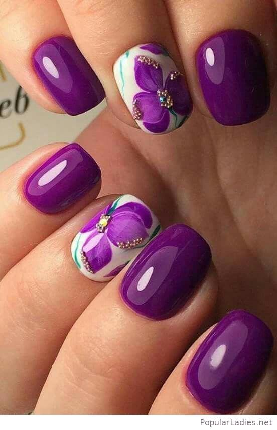 лилав с цветя за къси нокти