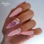 маникюр на рози с перли