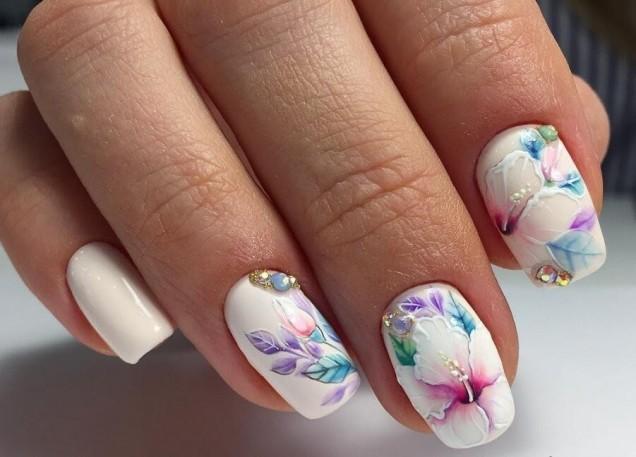 бял лак с цветя