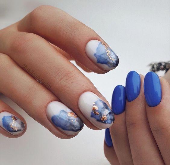 ефектен син маникюр къси нокти