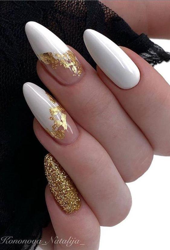 елегантен бял маникюр със злато