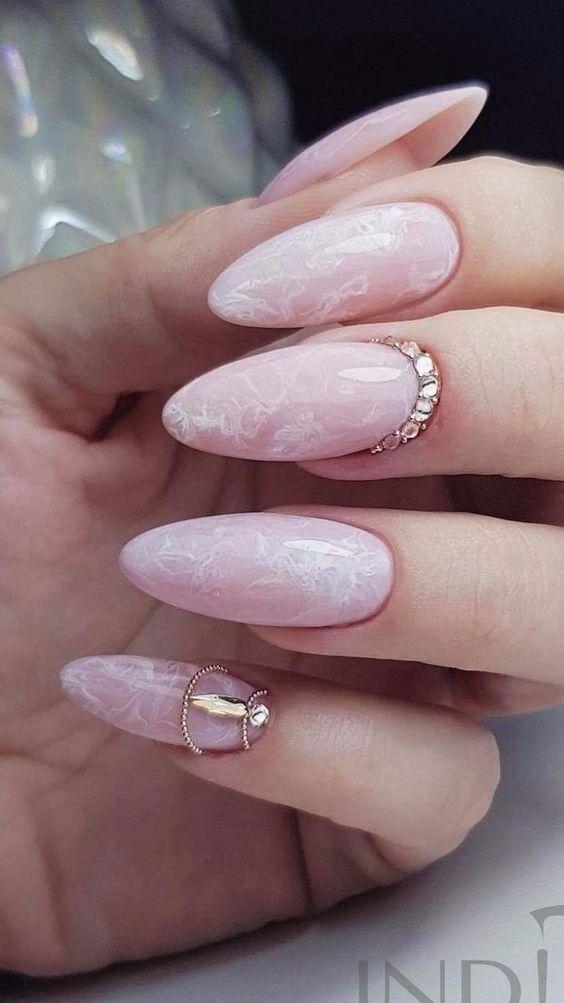 розов мраморен маникюр