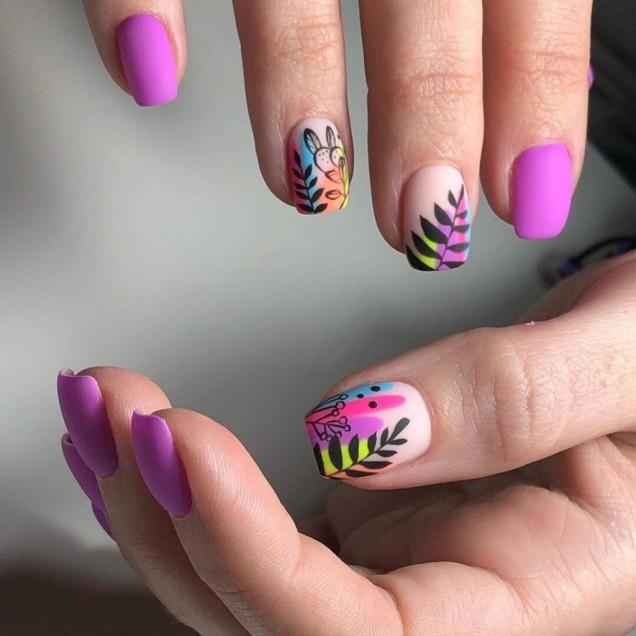 лилави къси нокти