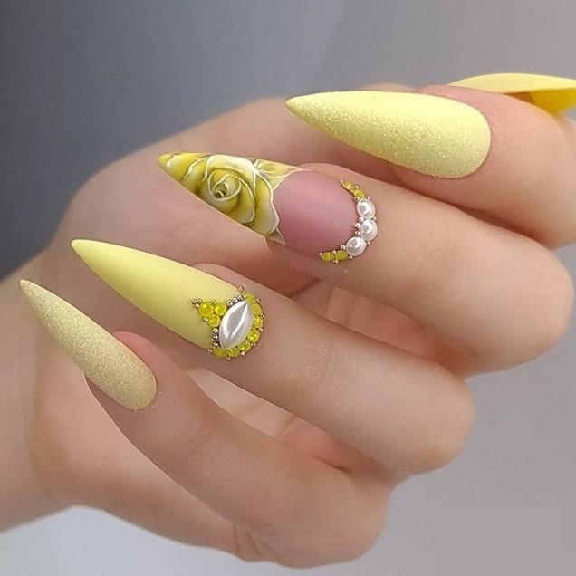 нежножълт маникюр с перли