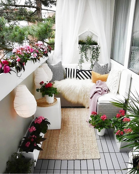 уютен балкон в бяло