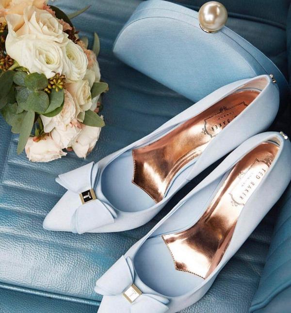 остри обувки с панделки