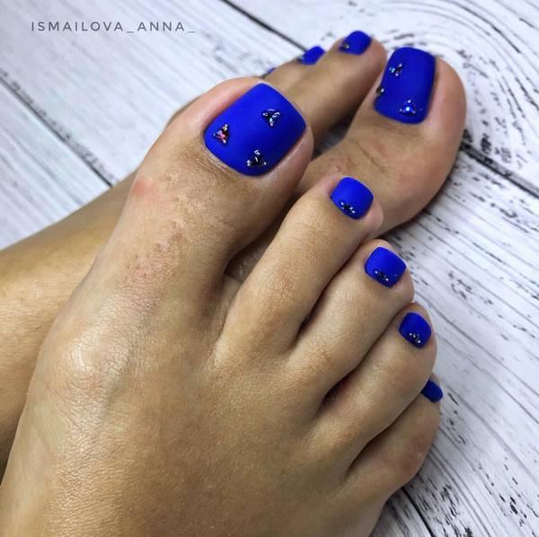 лазурно синьо педикюр